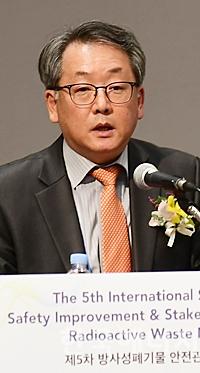 김창락 방사성폐기물학회 회장이 축사를 하고 있다.